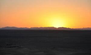 В пустыне Сахара на закате
